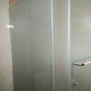 Pemasangan Stiker Kaca Buram Sandblast Di Shower Kamar Mandi